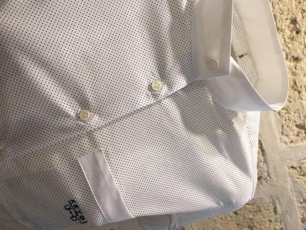 camicia bianca con micro pois blu
